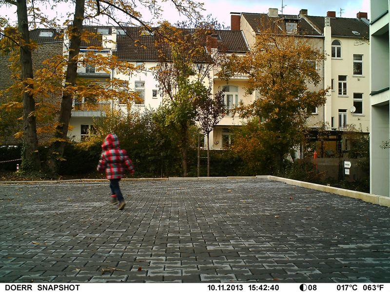 Testszene mit laufendem Kind; die Dörr SnapShot liefert brillante Bilder - Bild: Wildkamera-Test.com