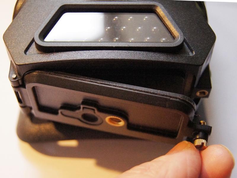 Viel Spaß mit diesem Batteriefach-Verschluss bei -10°C - Bild: Wildkamera-Test.com