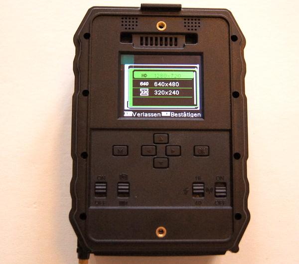 Das Display der Waid-Life Optimus Black besitzt eine gute Größe, die Tasten sind hingegen etwas klein und die Beschriftung ist kontrastarm, da kann man im dunklen Wald schon einmal schwierig werden - Bild: Wildkamera-Test.com