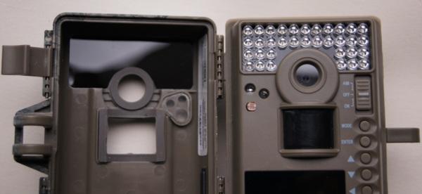 Die Moultrie M-990i, hier die Version bis 2013, setzt unsichtbare LEDs ein, vor die zur Sicherheit noch einmal eine Filterscheibe (links in der Frontklappe) gesetzt wird - Bild: Wildkamera-Test.com