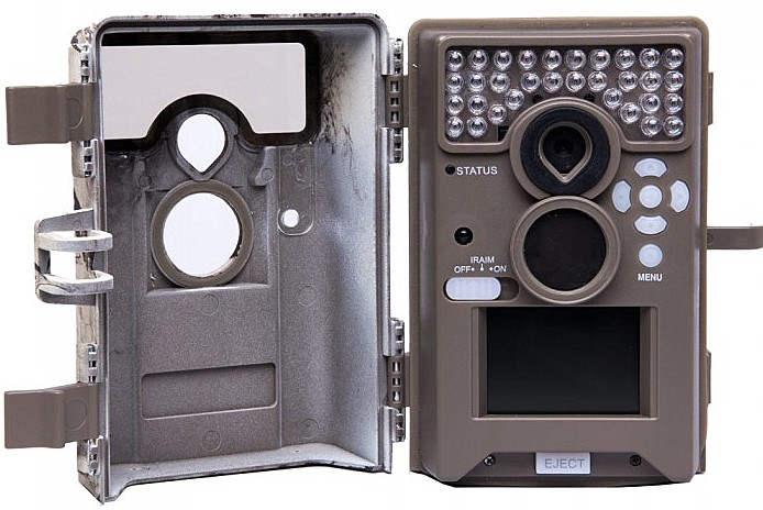 Ein großer Vorteil der Moultrie M-990i ist die aufschwenkende Front. Dadurch blebt die Optik an ort und Stelle und man kann anand des Farb-Displays live den Erfassungsbereich der Wildkamera kontrollieren - Bild: Moultrie