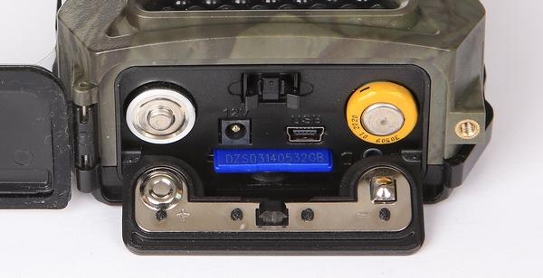 Im Kameragehäuse sind 4 Mignon AA Batterien untergebracht - Bild: Wildkamera-Test.com