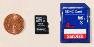 Schnell im Wald mal die Speicherkarte wechseln? Lieber nicht! Die von der LIDL Wildkamera verwendete microSDHC Speicherkarte (Mitte) ist prädestiniert dafür, verloren zu gehen. Zum Vergleich ist rechts die sonst bei Wildkameras zum Einsatz kommende SD-Karte abgebildet - Bild: Wildkamera-Test.com